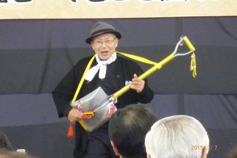 №5ジョー一郎さん スコップ三味線で軽快に.jpg