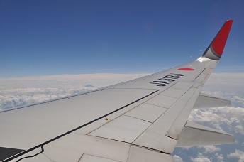 翼の向こうに富士山が.jpg